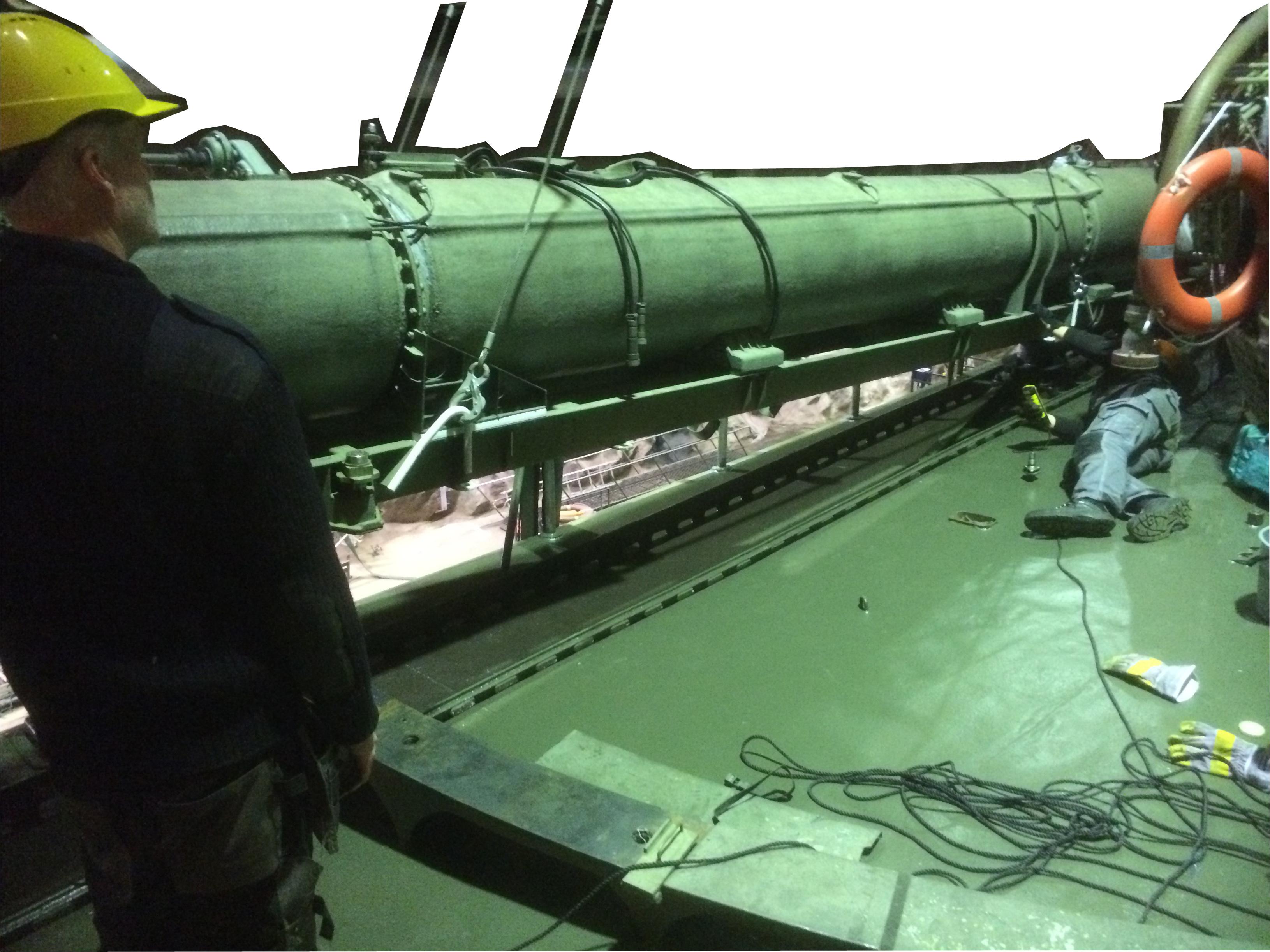 En torpedtub lyfts ombord